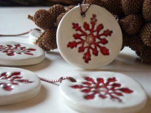 No podrás creer lo hermoso que luce el pino navideño, con esferas de pasta de sal!! Originales y sencillas de elaborar