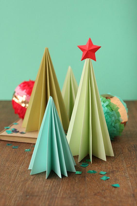 Árboles de navidad hechos con papel