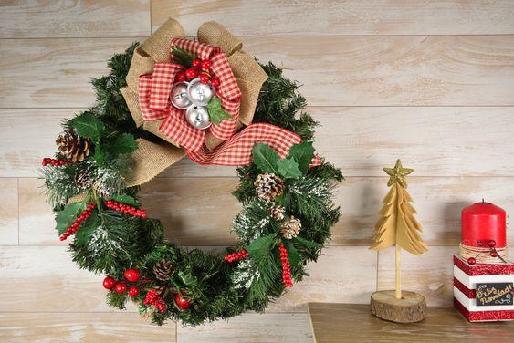 Decoración con coronas navideñas