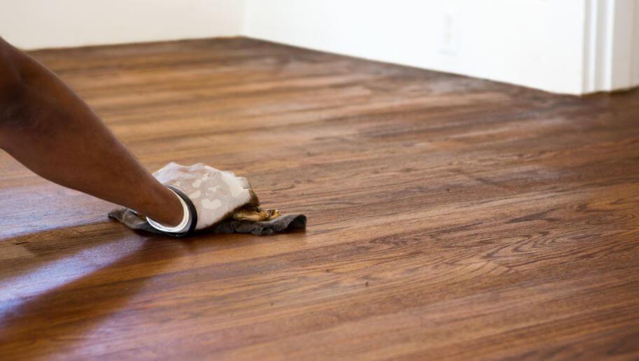 Elimina manchas en suelos de madera o linóleo