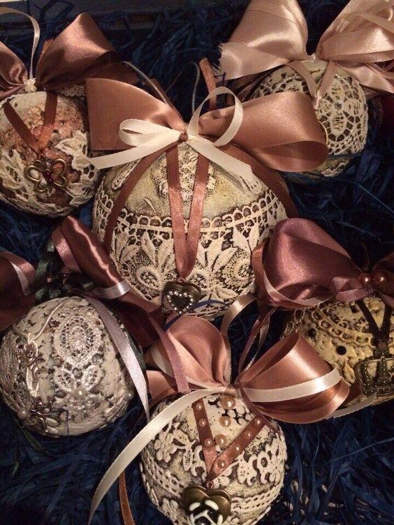 Esfera navideña decorada con encaje