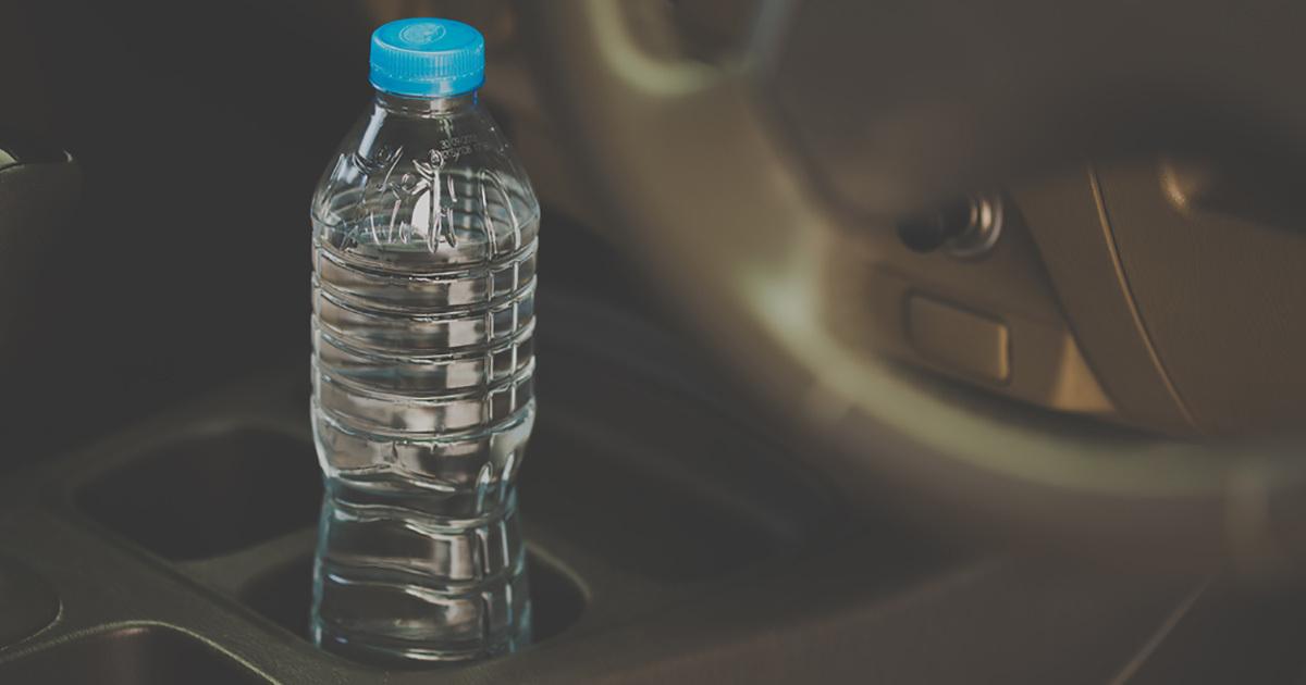 Dejar una botella de agua en el carro, Sobre todo en Verano puede ocasionar Que inicies un Incendio