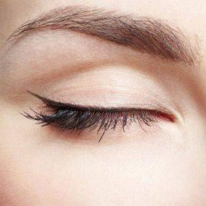 Delineado de ojos fino