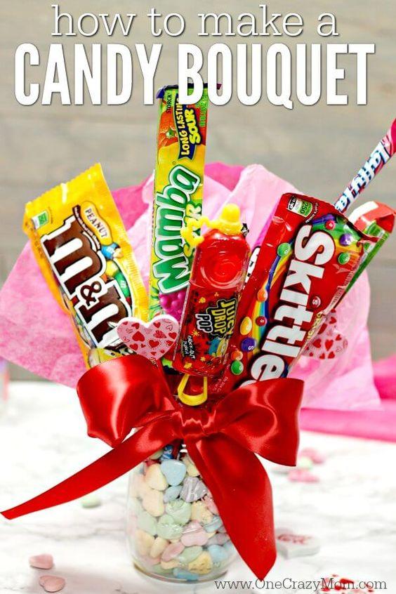 arreglo de dulces en tazas para regalar