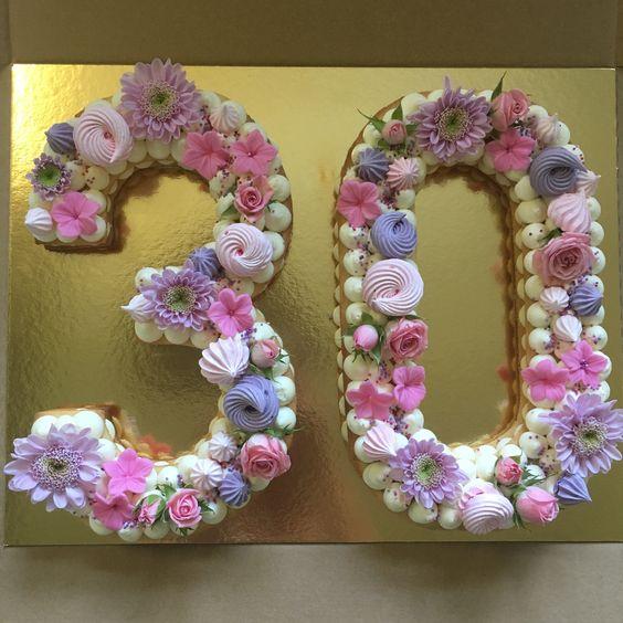pasteles de numeros con flores
