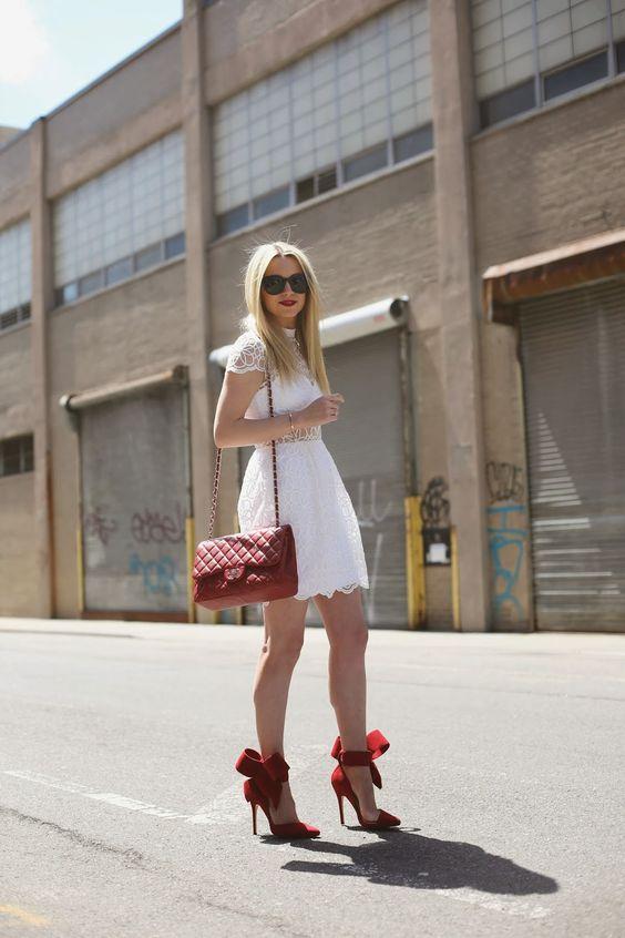 como combinar zapatos rojos con vestido