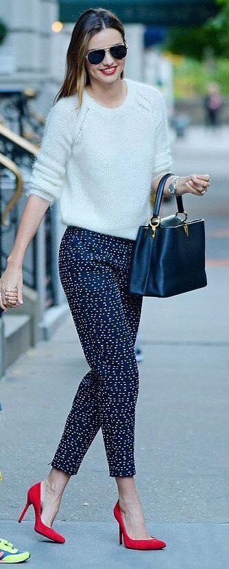 look de pantalon y zapatos rojos