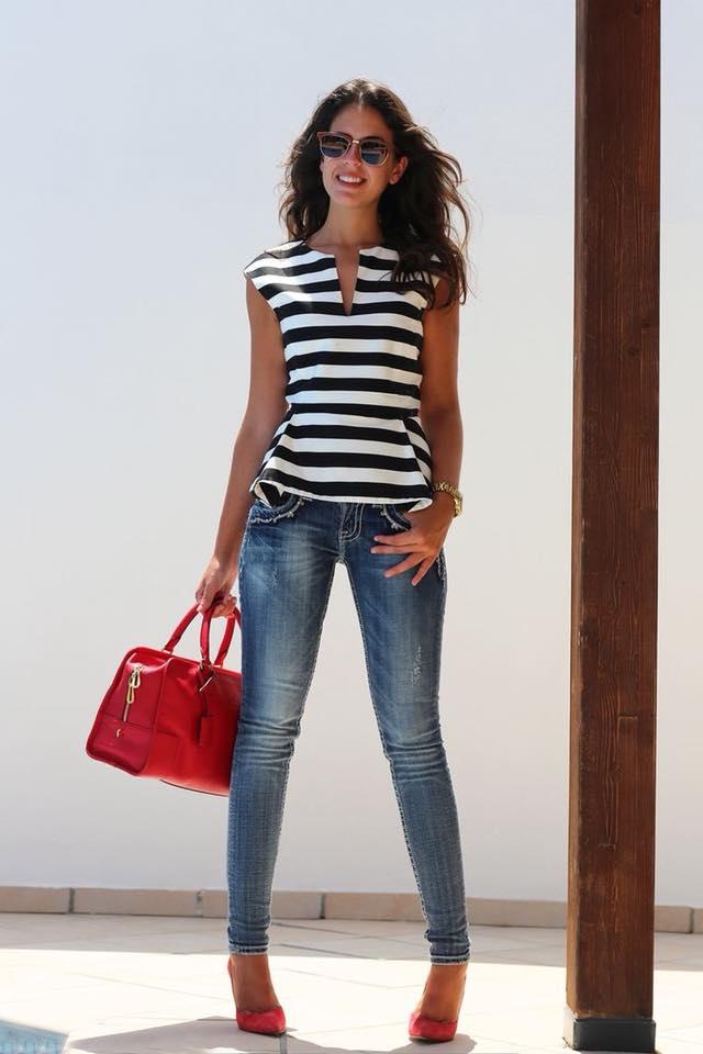 outfit zapatos rojos con jeans