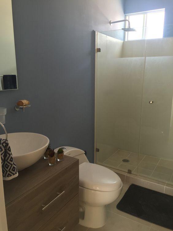 Interiores de casas pequeñas y sencillas en baños