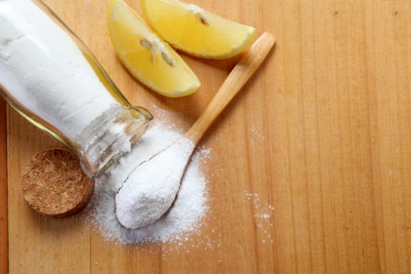 agua caliente con limón y bicarbonato para un abdomen plano