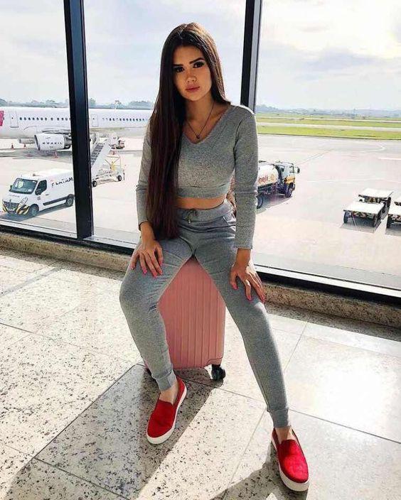 outfits con ropa deportiva para lucir elegante al viajar